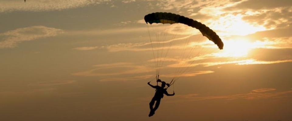 skydive-auburn-parachute